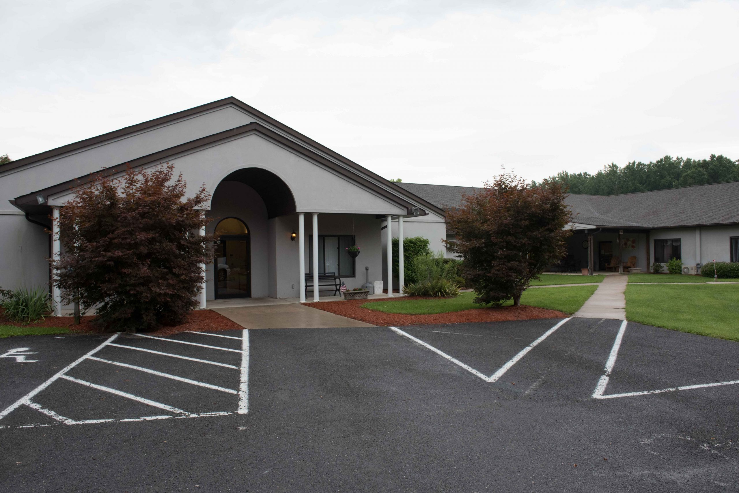 Exterior view of Stonerise Berkeley Springs building and entrance