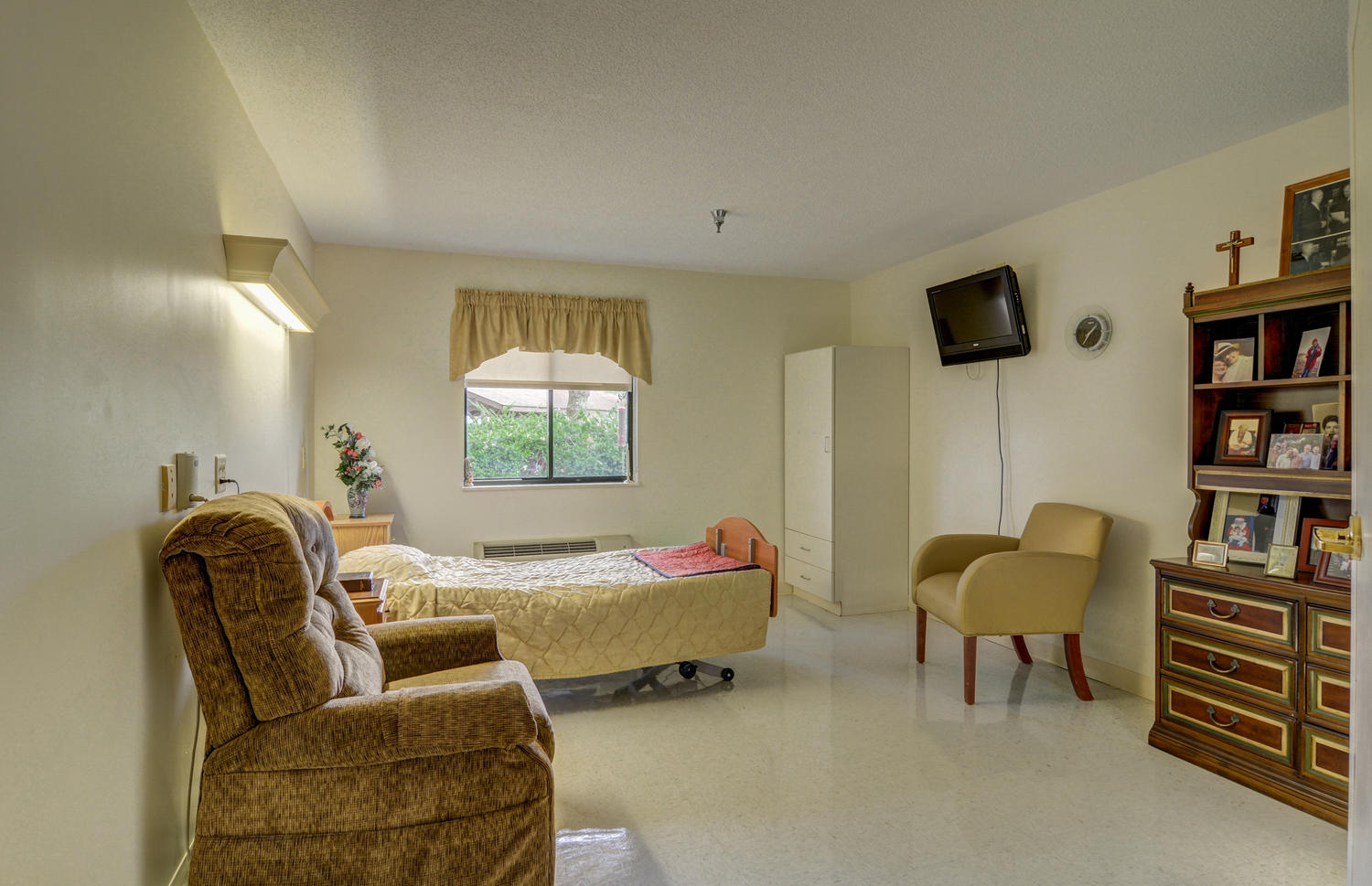 Stonerise Belmont private patient room with family photos, recliner chair and TV