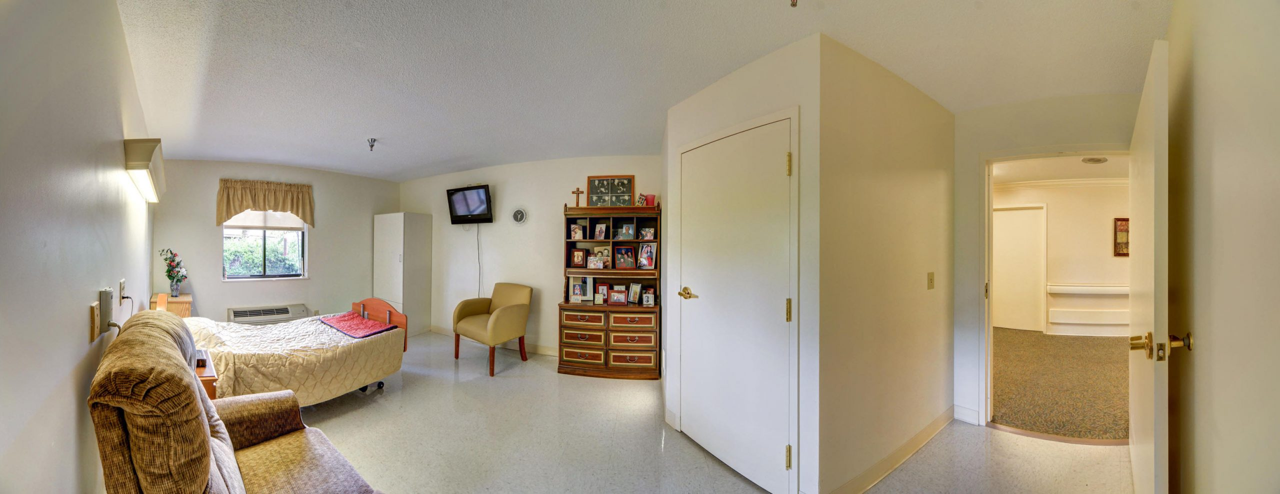 Stonerise Belmont private patient room with bed, recliner chair and TV