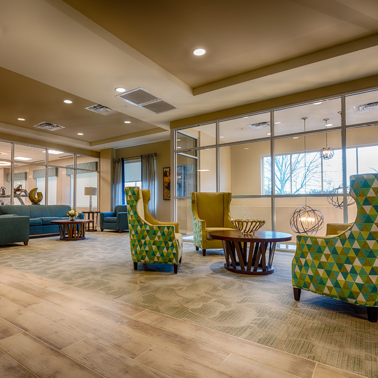 Colorfully decorated Stonerise Charleston lobby with seating area