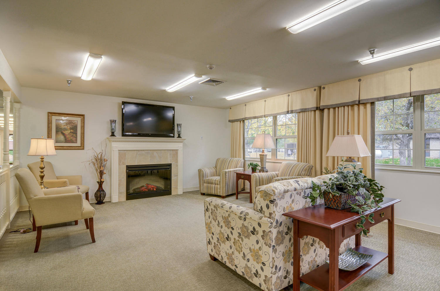 Stonerise Belmont sitting room with windows, fireplace and TV