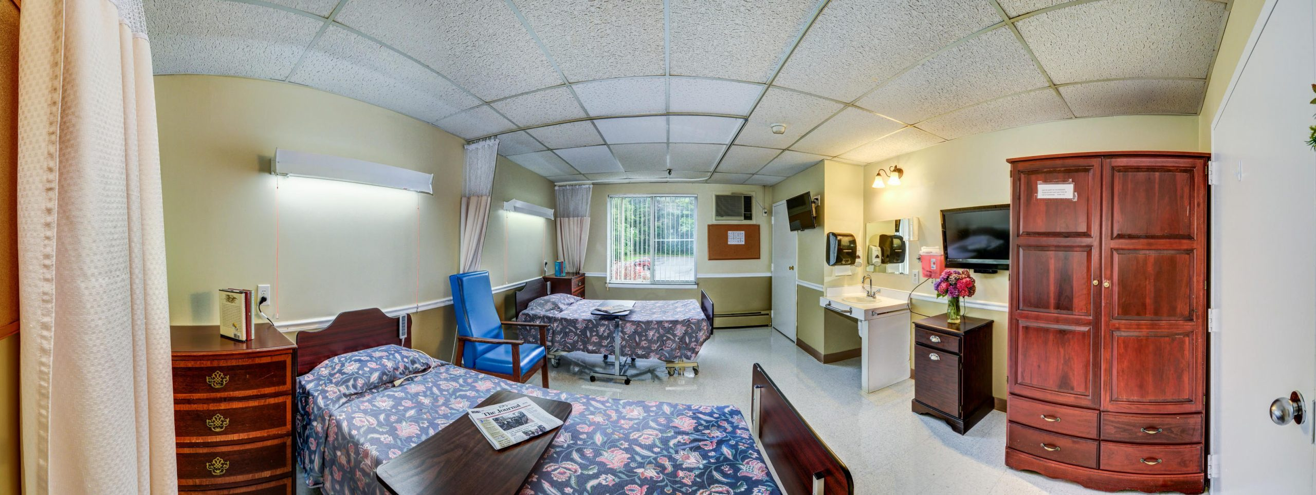 Panoramic view of Stonerise Berkeley Springs patient room with two beds and two TVs