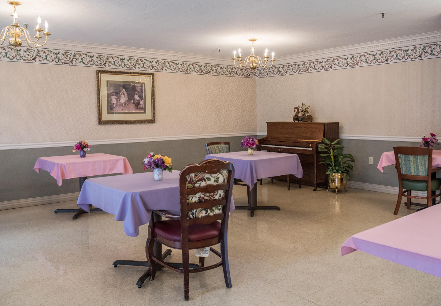 Stonerise Keyser dining room with floral centerpieces and piano