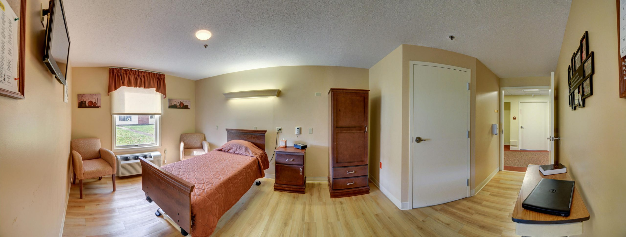 Panoramic view of Stonerise Lindside private patient room with TV