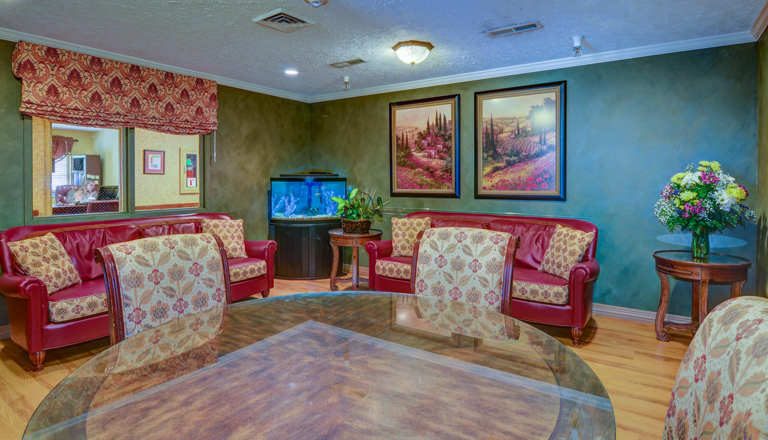 Colorfully decorated Stonerise Bridgeport sitting room with fish tank