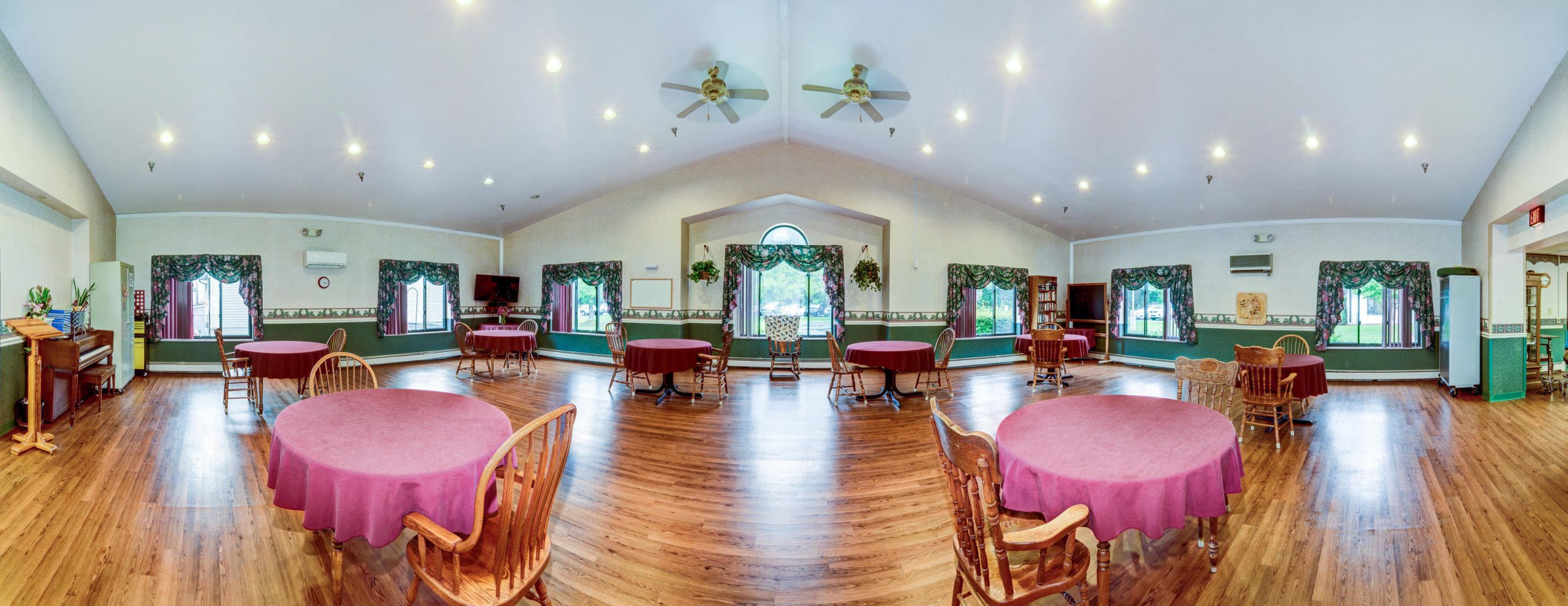 Panoramic view of Stonerise Berkeley Springs dining room with TV and piano