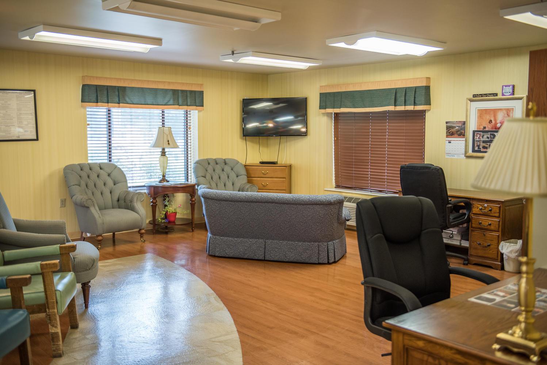 Stonerise Keyser sitting room with desks and TV