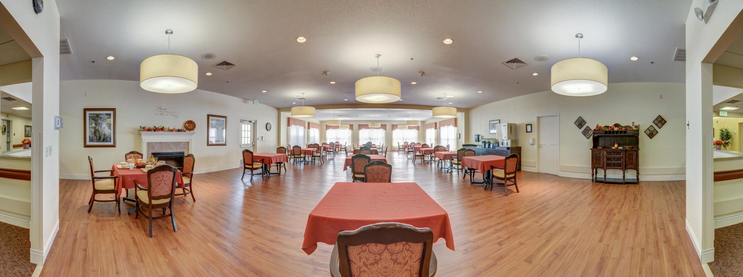 Panoramic view of Stonerise Lindside dining room with bright sunshine