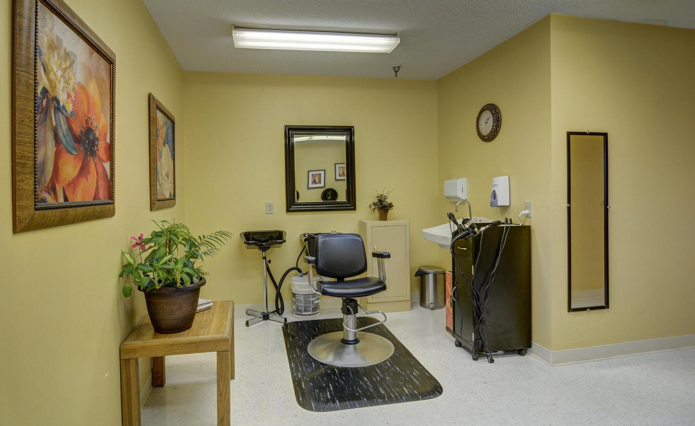 Stonerise Belmont beauty salon with stylist chair, shampoo bowls and mirrors